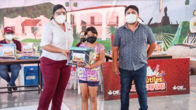 Photo of Reciben niños y niñas de la primaria Manuel Acuña útiles escolares de parte de DIF Ahome.