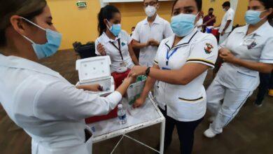 Photo of Cientos de jóvenes acuden a vacunarse en el Polideportivo de la UAS en Mazatlán