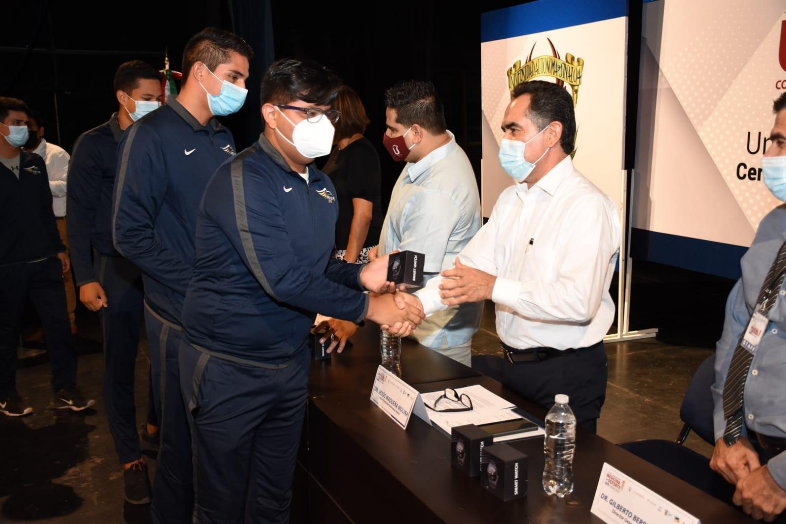 Photo of Dr. Jesús Madueña Molina se comprometió a impulsar el deporte en la Casa Rosalina.